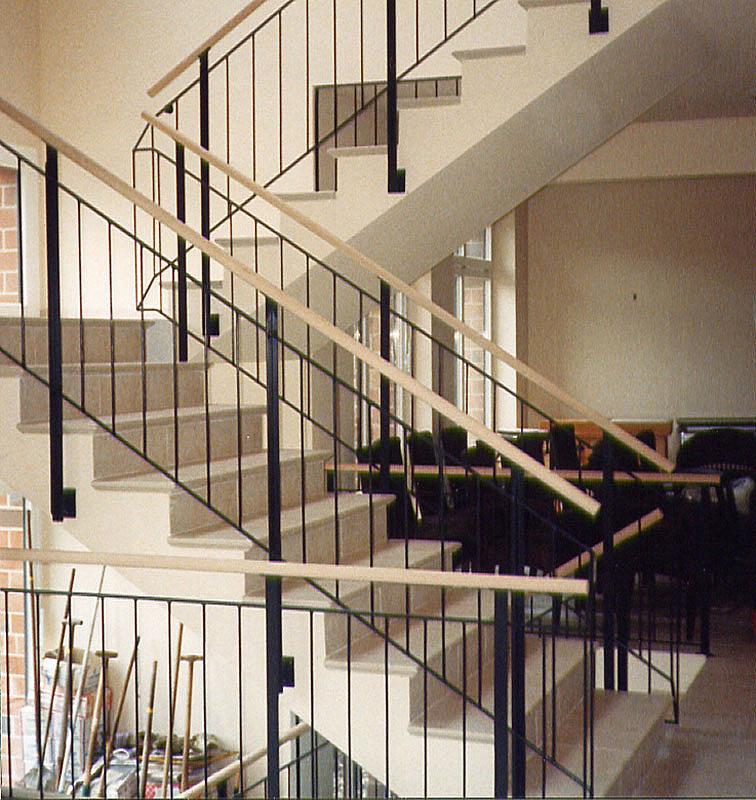 Treppengeländer Holzhandlauf ~ Treppengeländer aus pulverbeschichtetem Stahl mit Holzhandlauf